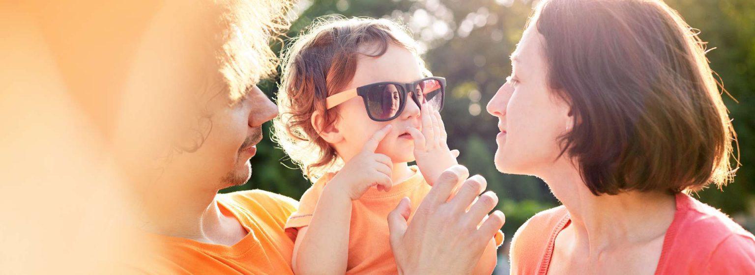 Etusivu - Kolmihenkinen perhe ulkona
