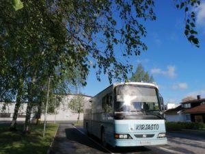 Kirjastoauto kesällä kirjaston parkkipaikalla.