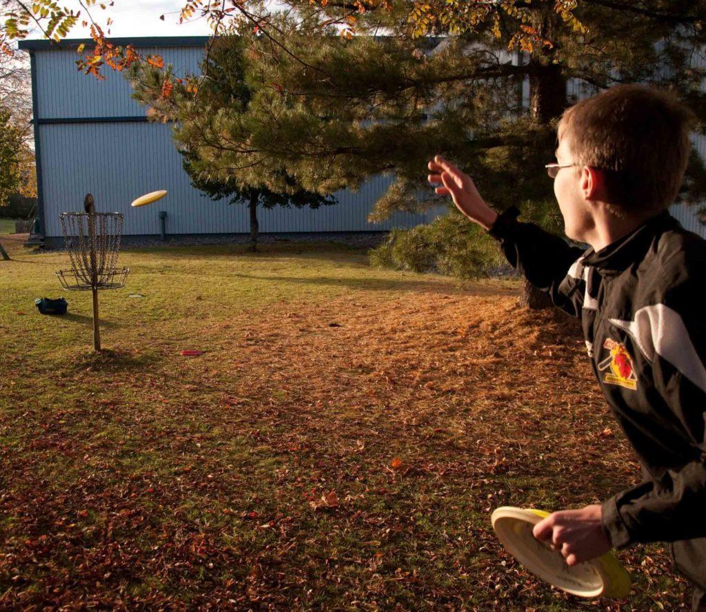 Frisbeegolf kiekko lentää kohti koria