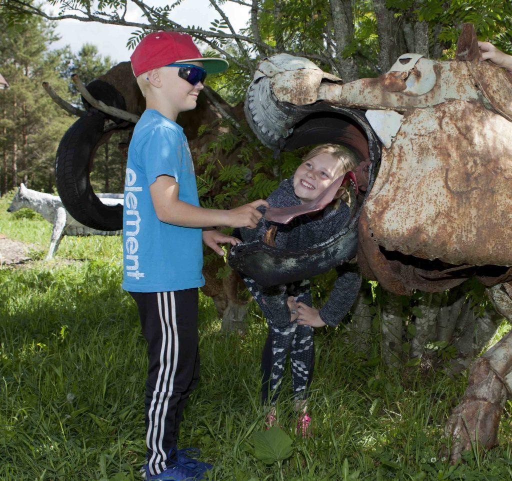 Lapset ihmettelee pellistä tehtyä virtahepoa, Kauhajoki, Etelä-Pohjanmaa matkailu