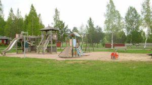 Almanpuiston leikkikenttä.