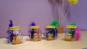 Lasten askartelemia lasipurkkitipuja