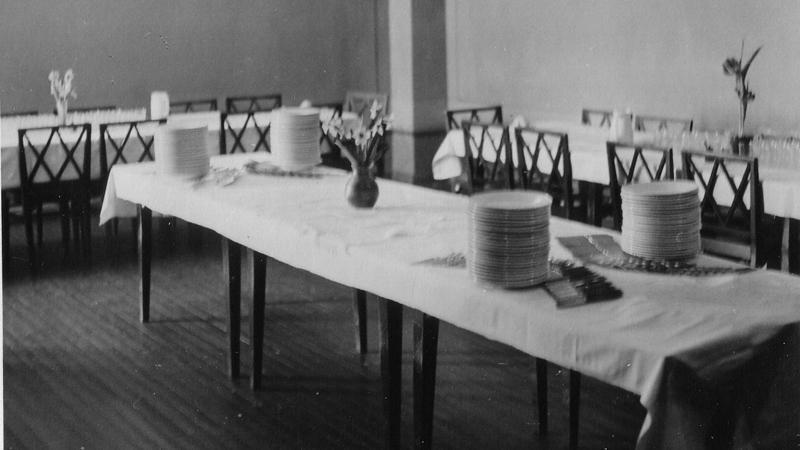 Kauhajoen kotitalousopistolla ruokasali katettuna eduskunnan ruokailulle.