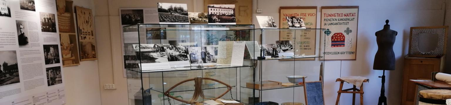 Kotitalousopiston_nayttely sijaitsee Sanssin kulttuuritalolla. Eduskuntamuseon kanssa samalla käytävällä.