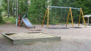 Kyyhkylänpuiston leikkikenttä.
