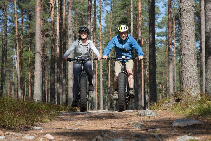 Maastopyöräilijät metsäpolulla