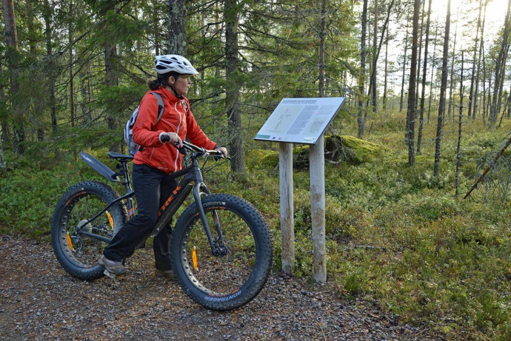 Maastopyöräilijä lukee opastetta
