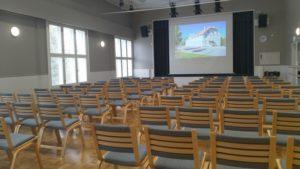 Räimiskän salissa tuolit aseteltuna esimerkiksi luentoa varten.