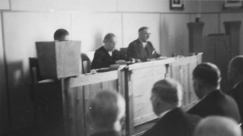 Kauhajoella valtiopäivien avajaisistunto vuonna 1940. Miina Sillanpää johtaa puhetta.