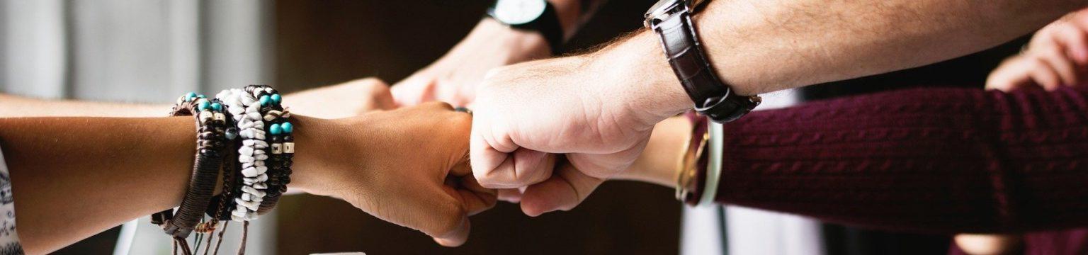 Kädet kevyesti nyrkissä yhdistettynä toisiinsa yhteistyön merkiksi