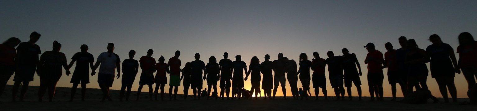 Nuorten hahmoja seisoo rivissä