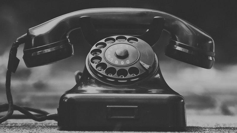 Kuvassa vanha puhelin, kuvituskuva