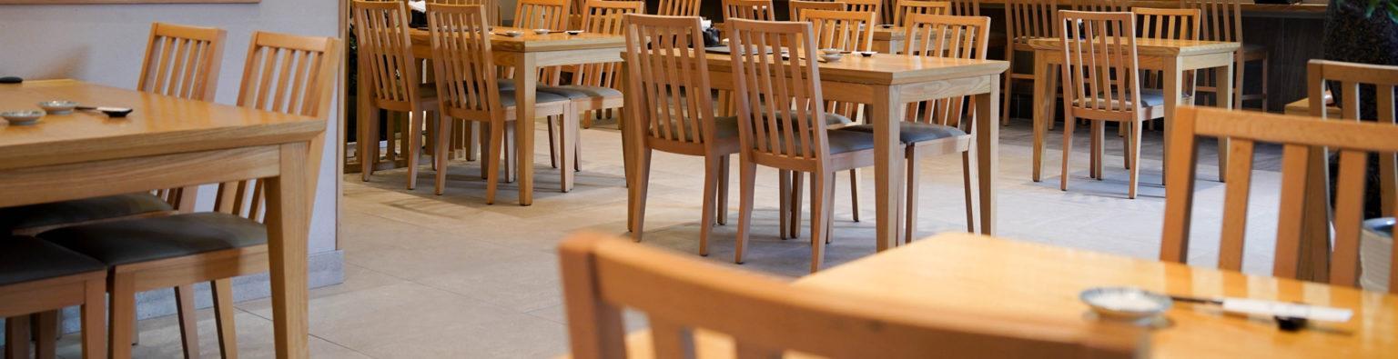 Pöytiä odottamassa ruokailijoita