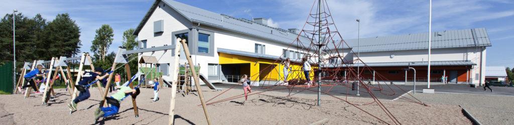 Aron koulu ja leikkiviä lapsia