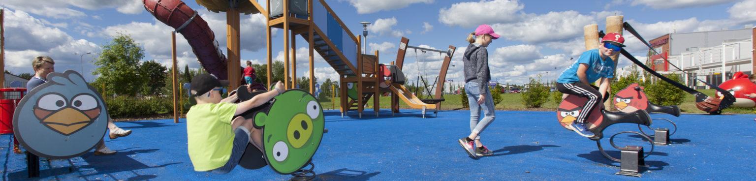 Lapsia leikkimässä Angry Birds leikkipuistossa
