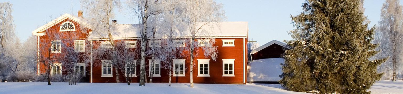 Hämes-Havusen talonpoikaiskiinteistö. Talojen päädyt muodostavat kulman.