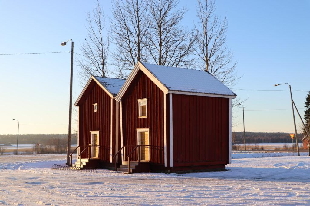Hämes-Havusen aitat talvipuvussa.
