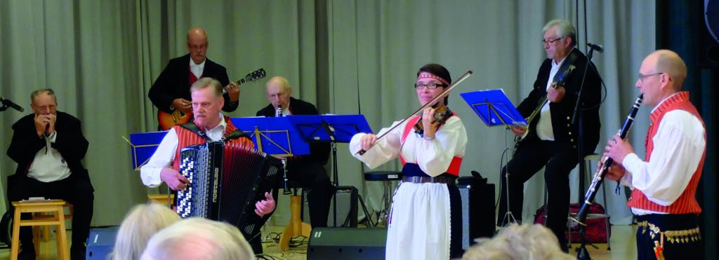 Kauhajoen Pelimannit ja Niina Kiprianoff esiintymässä.