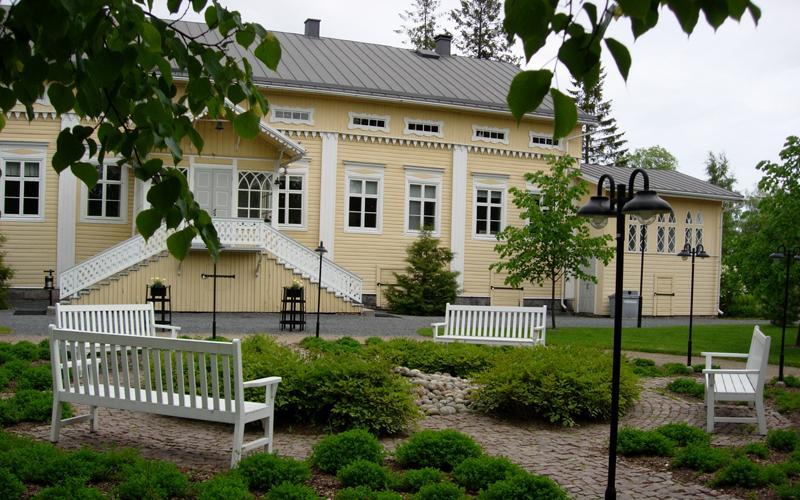 Sanssinkartanon on rakennettu 1863. Kartano sijaitsee Kauhajoen keskustassa.