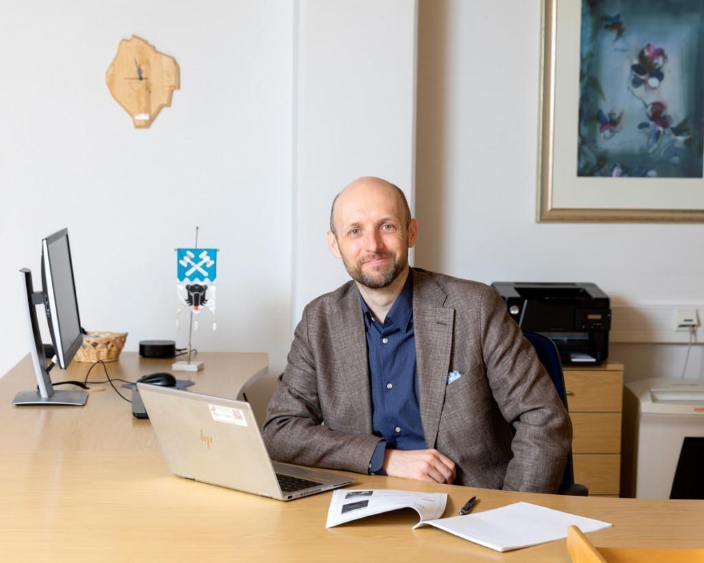 Kauhajoen kaupunginjohtaja Niku Latva-Pukkila istuu työhuoneessaan.