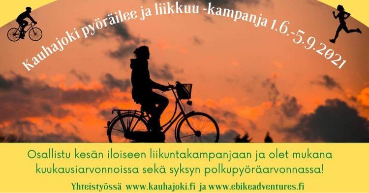 Henkilö pyöräilemässä takana auringonlasku. Teksti Kauhajoki pyöräilee ja liikkuu -kampanja 1.6.–5.9.2021. Osallistu kesän iloiseen liikuntakampanjaan ja olet mukana kuukausiarvonnoissa sekä syksyn polkupyöräarvonnassa.