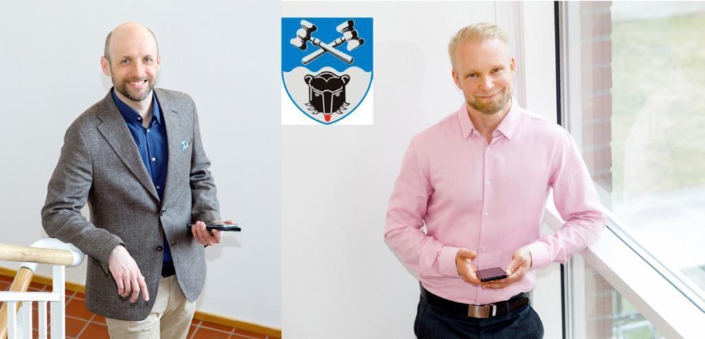 Kuvassa kaupunginjohtaja Niku Latva-Pukkila ja hallintojohtaja Sami Kiukkonen. Heidän välissä ylhäällä kaupungin vaakuna.