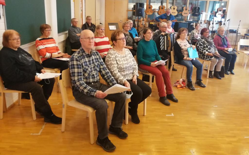Riemulauluryhmä 2021 harjoituksista. Kuvassa yksitoista naista ja viisi miestä.