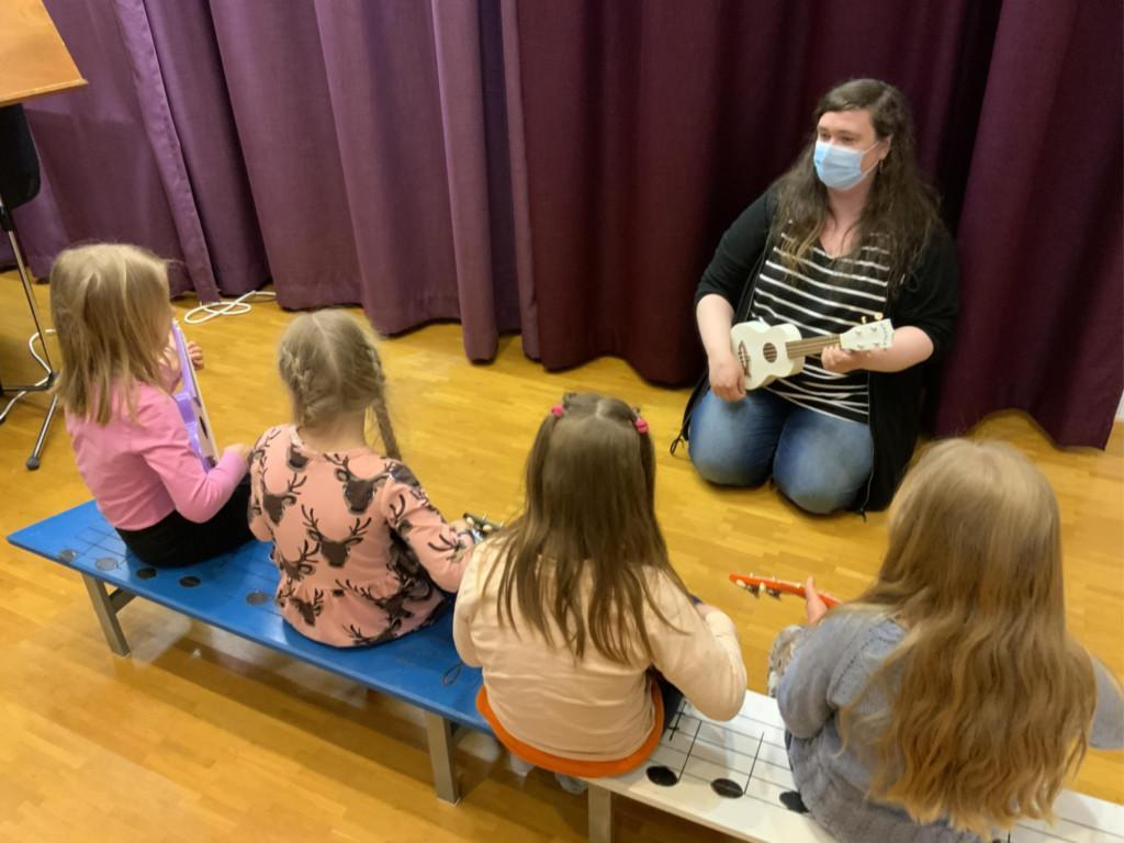 Panula-opiston Soitinmuskari 2021. Neljä tyttöä ja opettaja.